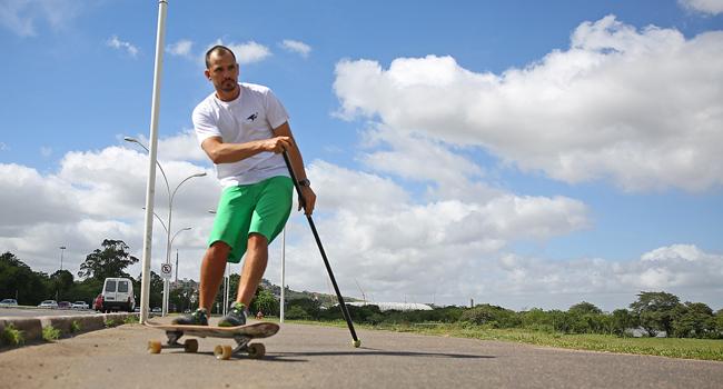 Para remar no asfalto: land paddle chama a atenção em Porto Alegre