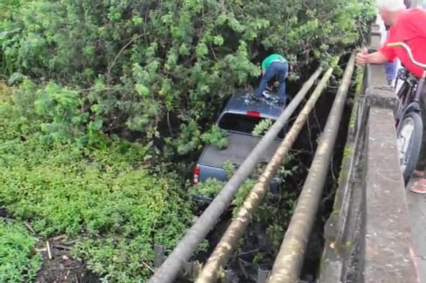 Carro cai no rio Cachoeira em Joinville