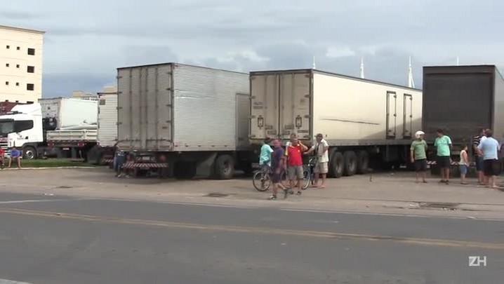 Caminhões parados na BR-116 em Camaquã