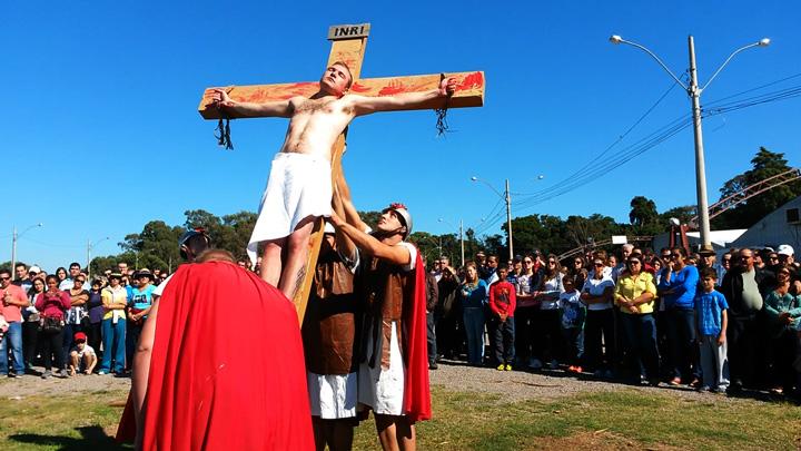 Encenação da Paixão de Cristo atrai fiéis em Caxias do Sul