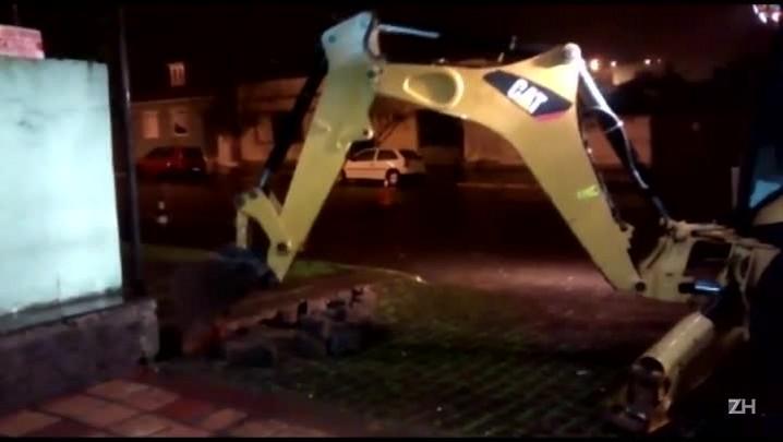 Concessionário contrata carregadeira para isolar rodoviária de Guaporé