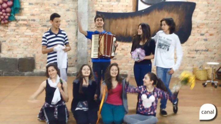 Alunos de teatro mostram um dia no ponto de cultura Costurando Sonhos