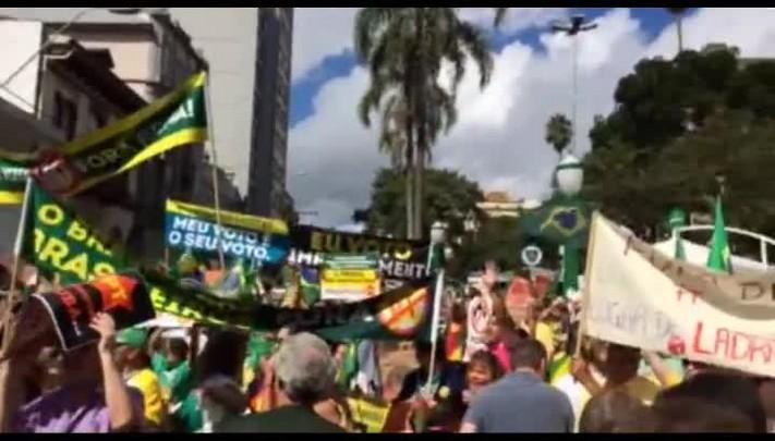 Manifestantes protestam contra o governo na Praça Dante, em Caxias