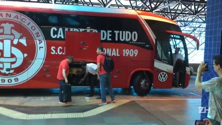 Sob forte segurança, Inter embarca para Santos
