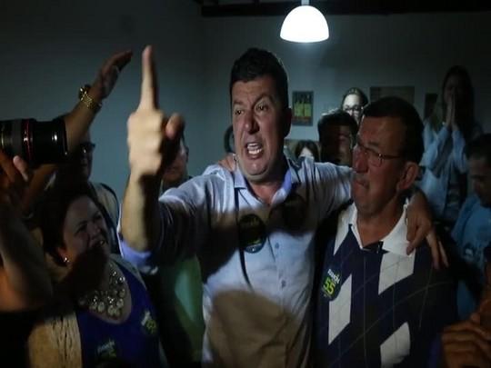 Prefeito de Biguaçu, Ramon Wollinger, comemora reeleição após disputa acirrada
