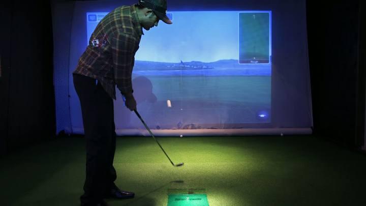 Simulador permite praticar golfe em campos virtuais na Capital
