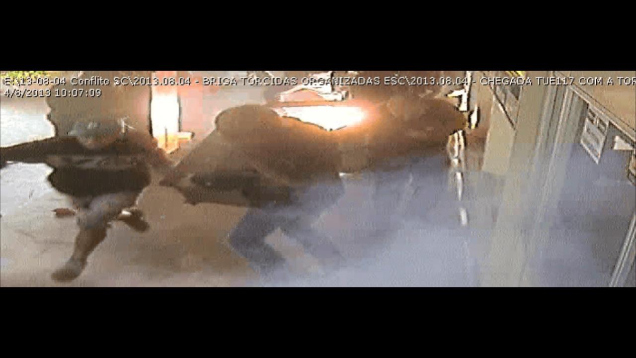 Quebra-quebra, correria e tiros: as imagens do confronto de torcidas em Sapucaia do Sul
