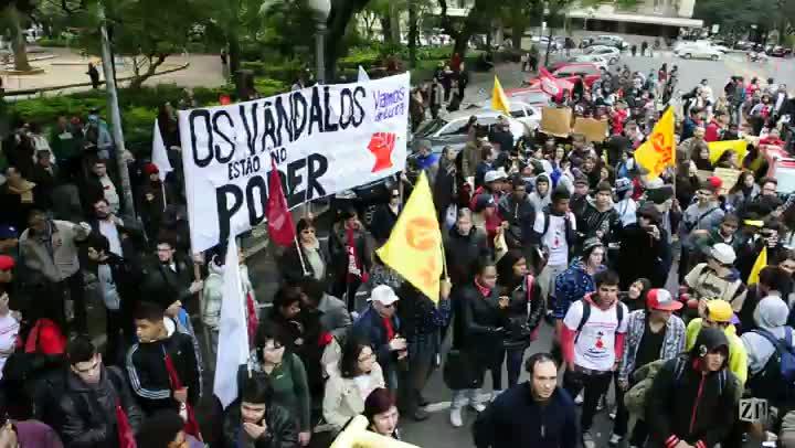 Manifestantes protestam por melhorias na educação