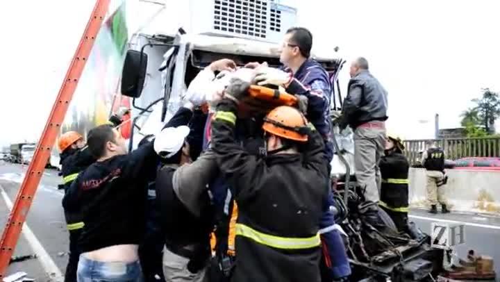 Caroneiro envolvido em acidente na BR-116 é resgatado das ferragens