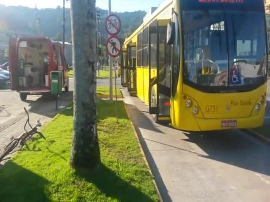 Ciclista fica ferido ao ser atingido por ônibus