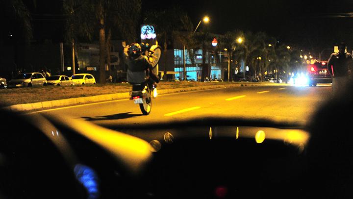Motociclistas fazem manobras arriscadas na Perimetral Norte, em Caxias do Sul