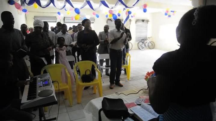 Veja um pouco do culto da Igreja pentecostal organizada por haitianos em Joinville