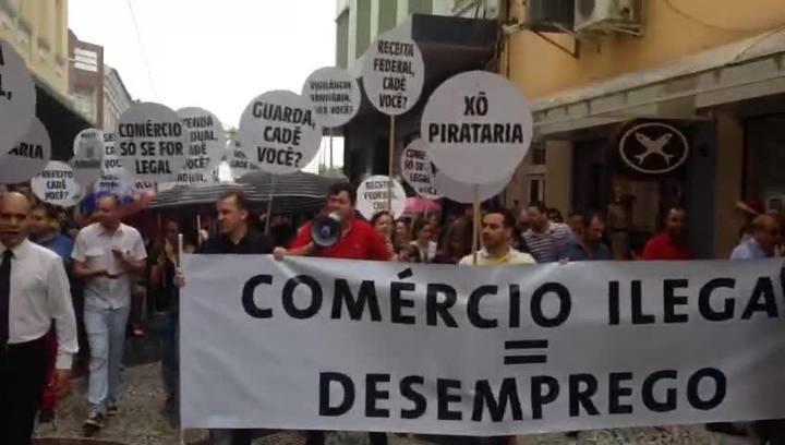 Lojas fecham as portas em protesto contra comércio ilegal nas ruas do Centro de Florianópolis