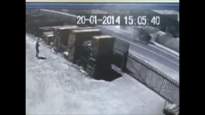 Carro bate em muro de igreja no bairro Fátima, em Joinville e carona fica ferido