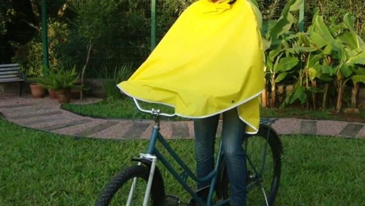 Capa de chuva para ciclistas ganha as ruas de Porto Alegre. 12/04/2014