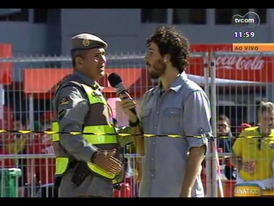 """Duda Garbi leva \""""xixi\"""" de policial ao vivo na TVCOM"""