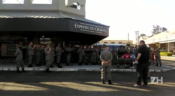 Banda da Brigada Militar toca Porque Homem Não Chora