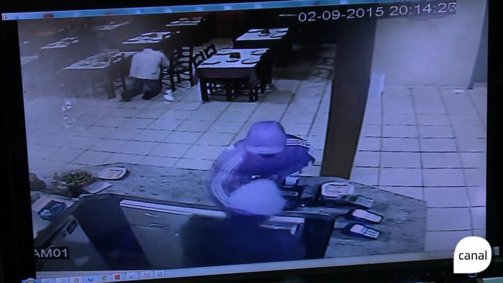 Vídeo mostra assaltantes que renderam 40 pessoas em pizzaria