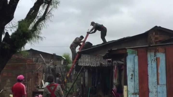 Moradores trabalham para recuperar casas danificadas pelo granizo em Novo Hamburgo