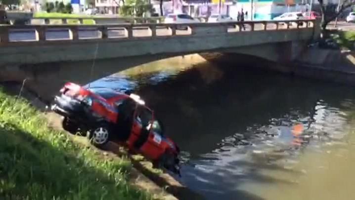 Táxi fica preso em talude do Arroio Dilúvio; veja imagens