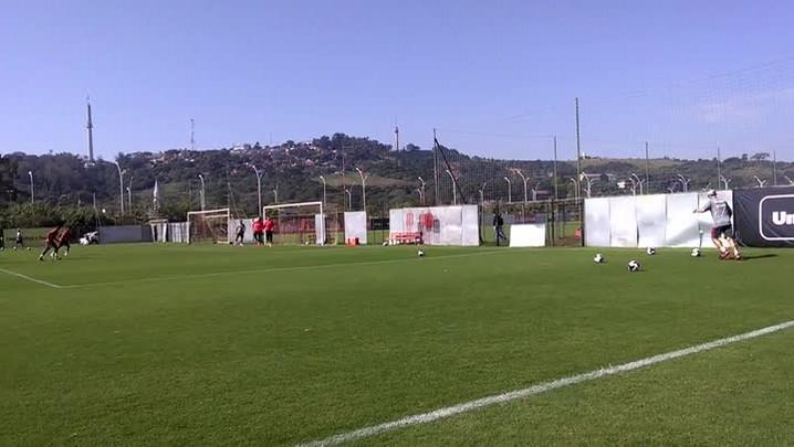 Jogadores treinam finalizações antes de duelo com o São José