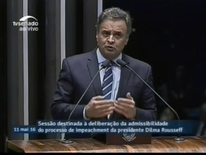 Aécio Neves discursa durante sessão do impeachment