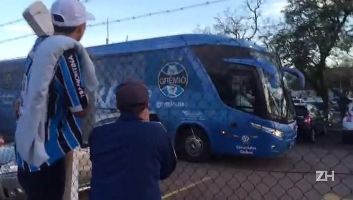 Torcedores recepcionam jogadores do Grêmio com xingamentos