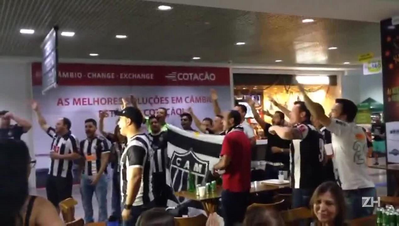 Torcida do Atlético-MG recebe time em Porto Alegre