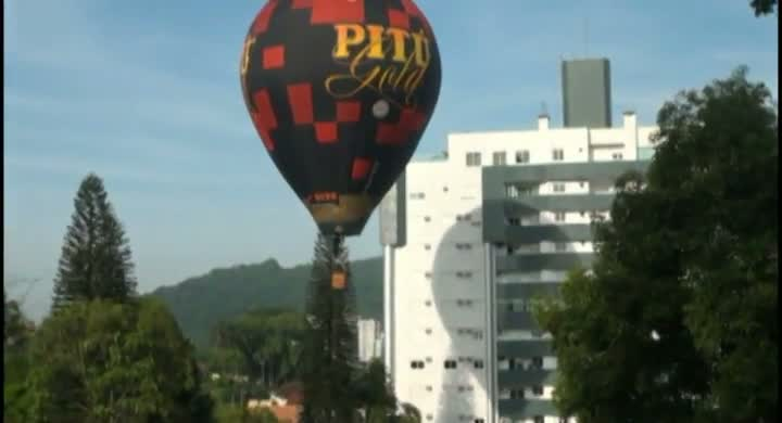Balões colorem o céu de Joinville