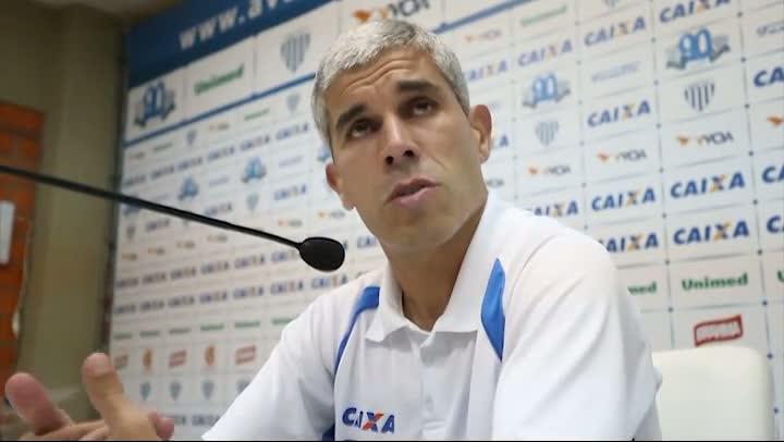 Técnico do Avaí fala sobre o jogador Tauã
