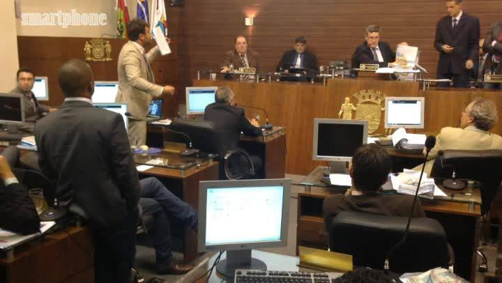 1 minuto - Vereador Pedrão discute com presidente da câmara, César Faria