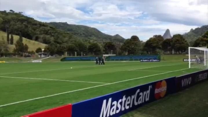 Técnico da Seleção Brasileira conferiu o gramado da Granja Comary antes da chegada dos jogadores. 26/05/2014