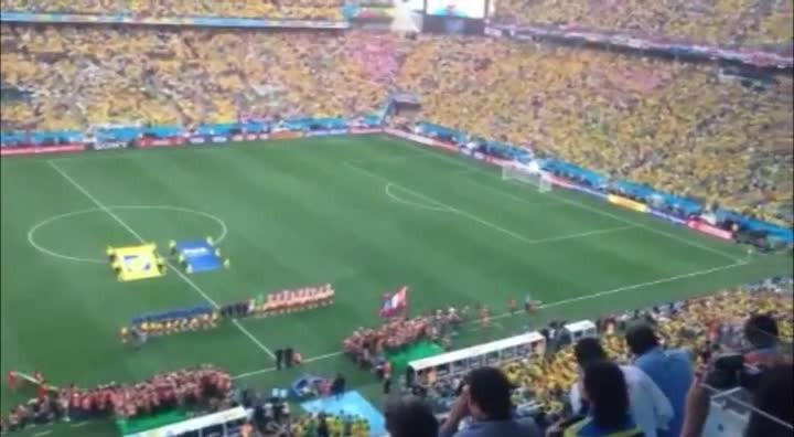 Torcida do Brasil canta o hino nacional na abertura da Copa do Mundo