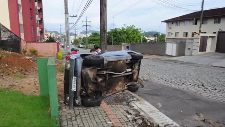 Carro capota em Joinville