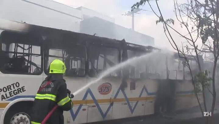 Dois ônibus e uma lotação são incendiados após morte de jovem no Morro Santa Tereza