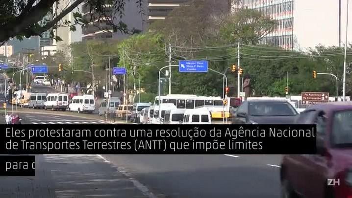 Donos de vans e micro-ônibus protestam contra limitações no transporte rodoviário coletivo