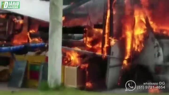 Fogo atinge micro-ônibus em Imbé