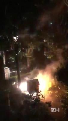 Poste pega fogo durante temporal em Porto Alegre