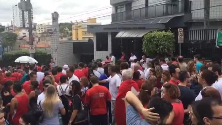 Veja imagens do ato em apoio a Lula em frente à casa do ex-presidente