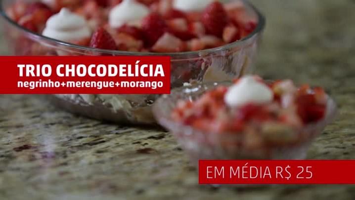 Aprenda a fazer uma sobremesa de negrinho, merengue e morangos