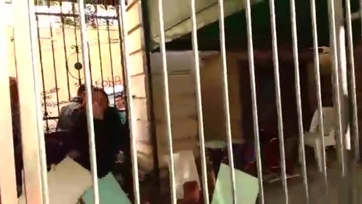 Pais de alunos rompem cadeado e entram em escola ocupada em Porto Alegre