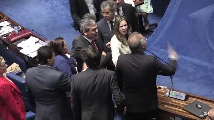 Sessão no Senado é suspensa após novo bate-boca