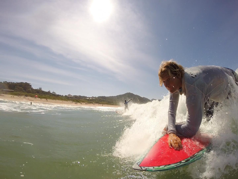 Grupo de pessoas com limitações físicas desenvolve o surfe adaptado em Santa Catarina