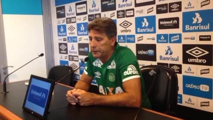 Emocionado, Renato homenageia vitímas da tragédia com a Chapecoense