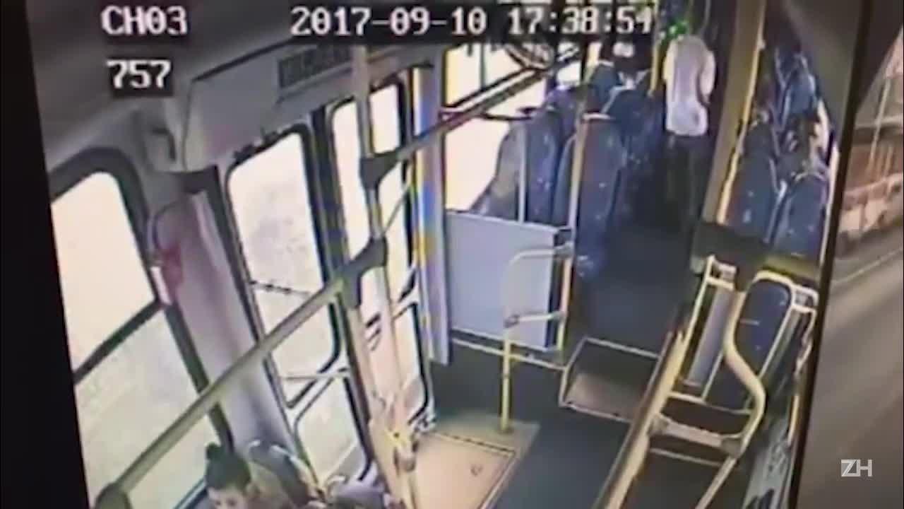 Câmera flagra ação de dupla em assalto a ônibus em Porto Alegre