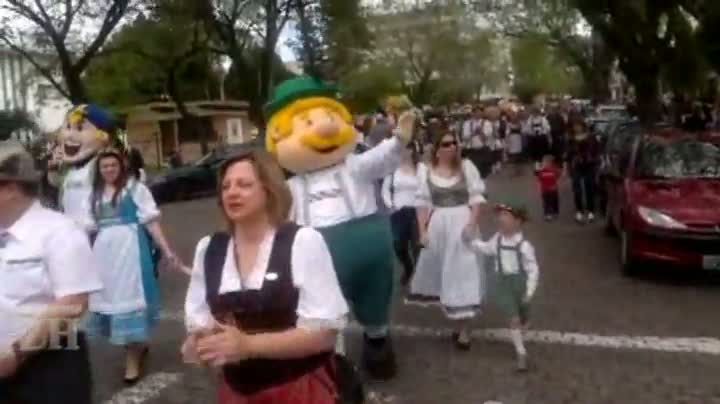 Desfile infantil anima crianças na Oktoberfest de Santa Cruz