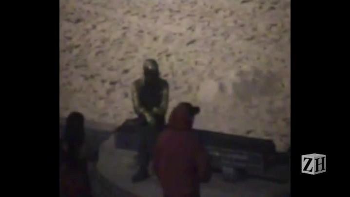 Estátua de Drummond é pichada no Rio de Janeiro