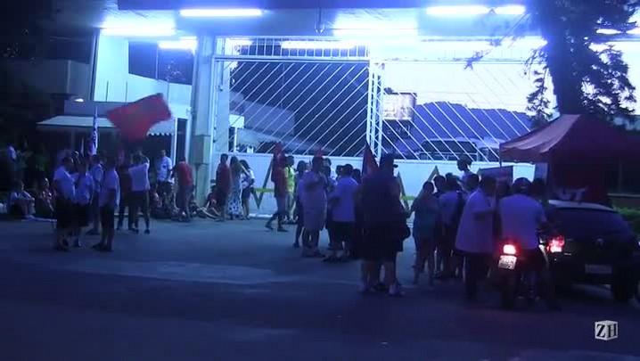 Grevistas bloqueiam garagem da Carris, em Porto Alegre