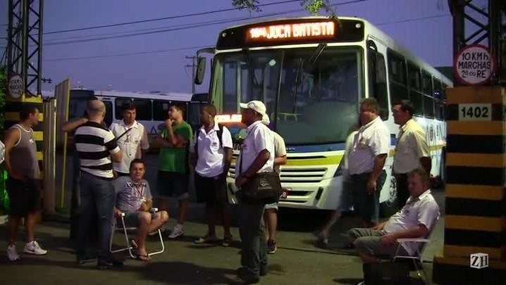 Grevistas bloqueiam saída de coletivos da Trevo