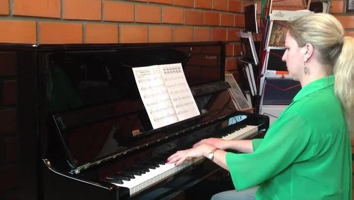 Joinvilense toca música tema da vitória de Ayrton Senna no piano